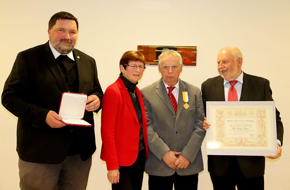 Prarrer Ludger Hojenski überreichte Günter Sasse den Orden Pro Ecclesia et Pontifice.