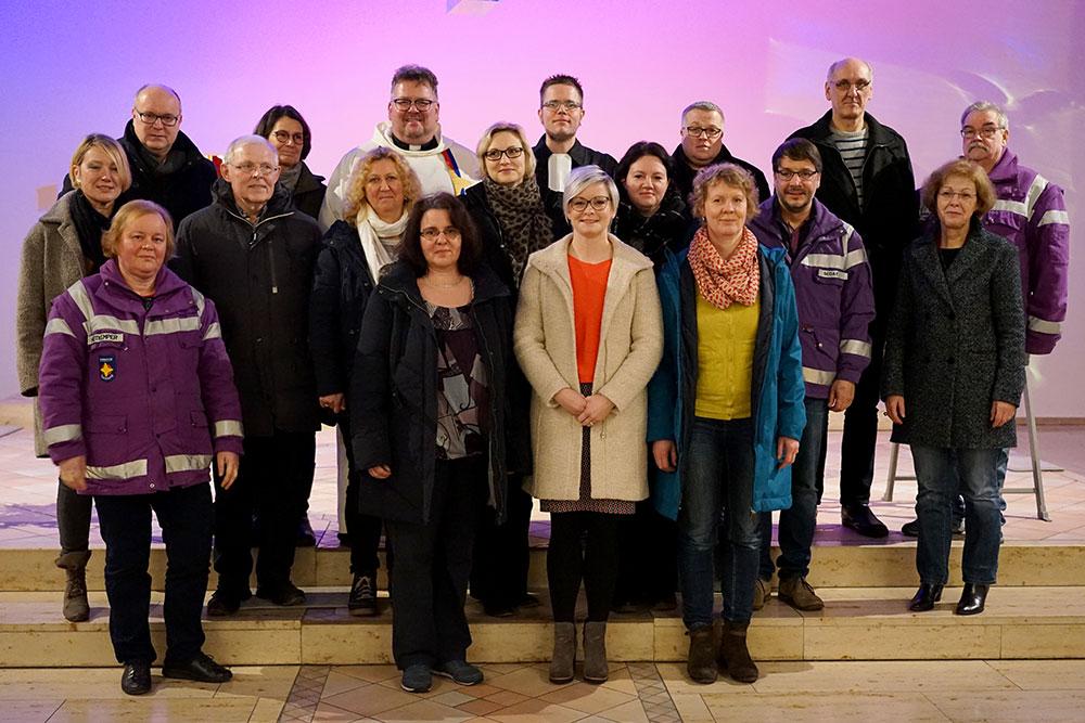 Fünf neue Ehrenamtliche wurden in der St. Patrokli-Kirche in das Team der Ökumenischen Notfallseelsorge aufgenommen, hier mit Pfarrer Meinhard Elmer (hinten, 4.v.l.), Dekanatsbeauftragter für die Notfallseelsorge der katholischen Kirche in Dortmund und Pfarrer Hendrik Münz (hinten, 5.v.l.), Feuerwehrseelsorger und Koordinator der Notfallseelsorge der evangelischen Kirche in Dortmund.