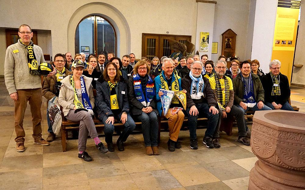 In der Dreifaltigkeitskirche in Dortmund erläuterte Gemeindereferent Karsten Haug (links) bei einer Lehrerfortbildung der Abteilung Religionspädagogik des Erzbischöflichen Generalvikariats wie sich Fußball und Glauben begegnen können.