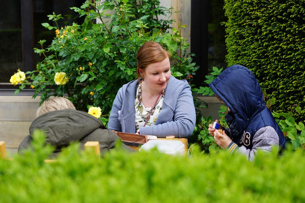 Simone Goerigk, Dekanatsreferentin für Jugend u. Familie, gestaltete im Propsteigarten mit Kindern Postkarten.