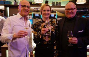 Propst Andreas Coersmeier (rechts) gratulierte Linus-Chef Olaf Ebbecke und der Prokuristin Jolyn Mc Culloch zum zehnjährigen Bestehen des Restaurants Linus im Katholischen Centrum in Dortmund.